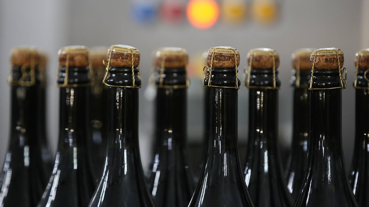 Le Parlement russe a voté une loi le 2 juillet qui oblige les distributeurs à apposer une contre-étiquette «mousseux» en cyrillique sur les bouteilles de «champagne»