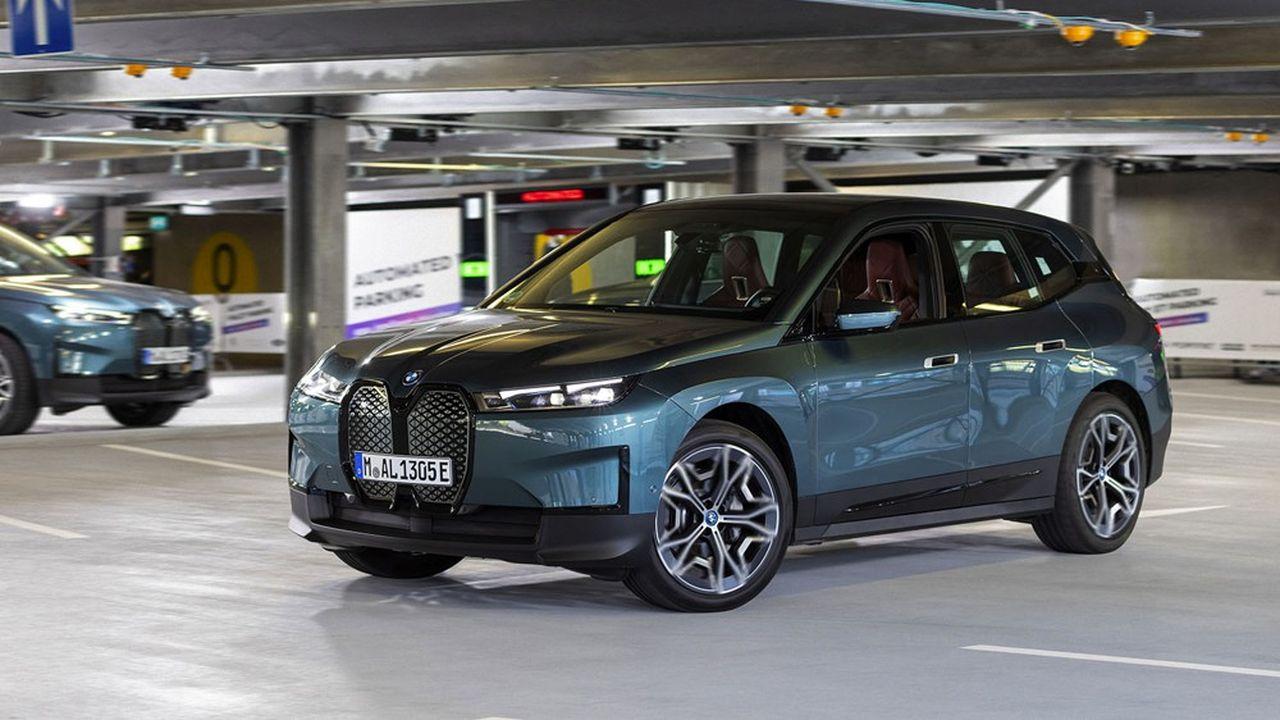 Valeo et Bosch ont procédé à des démonstrations de leurs systèmes de voituriers automatiques, où la voiture, laissée à l'entrée du parking, va se garer toute seule.