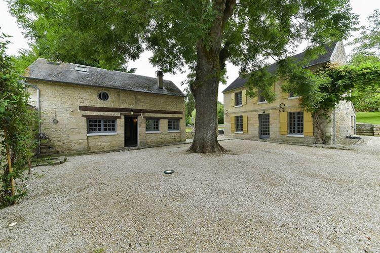 La propriété est composée d'un lot de trois bâtisses, anciennes dépendancesd'un château.