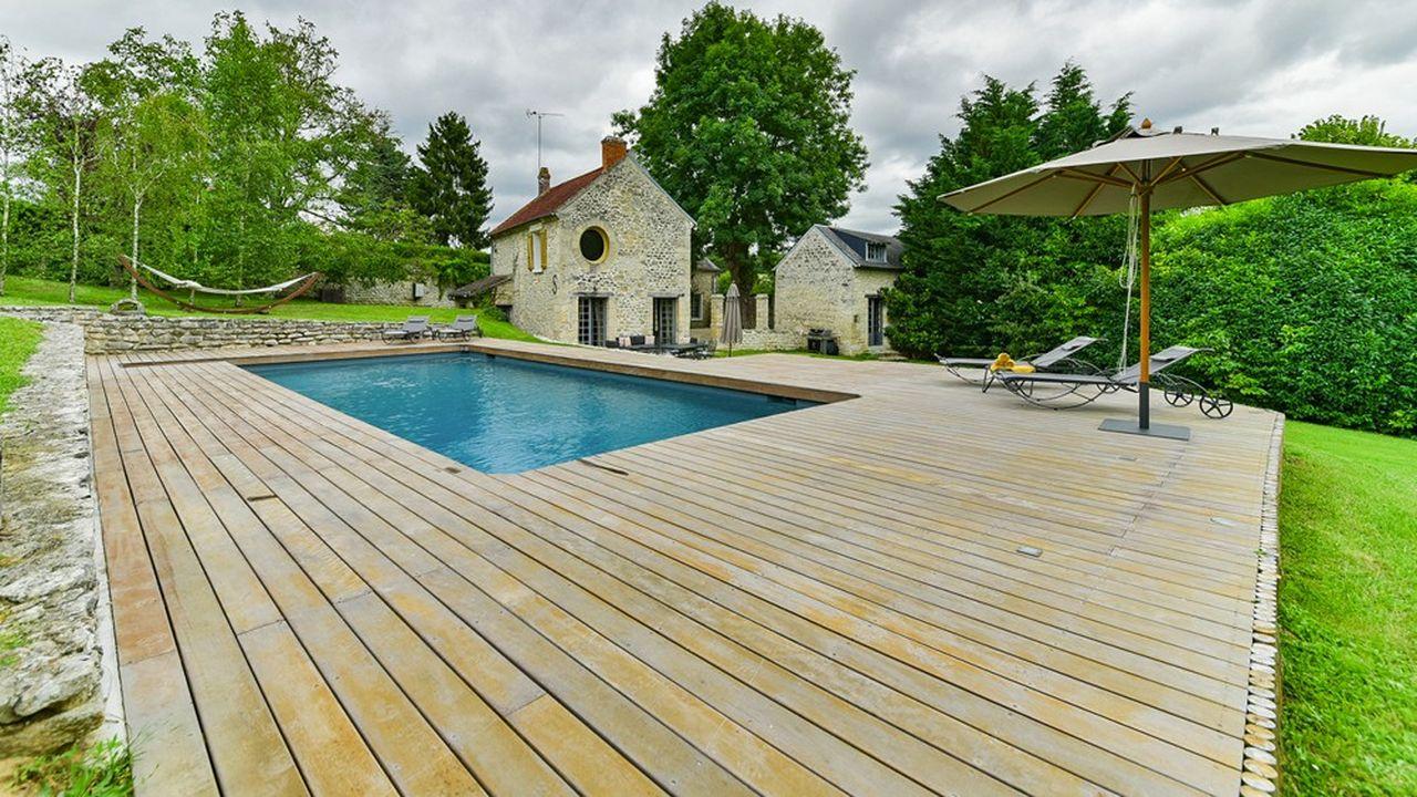 La maison est entourée d'une piscine chauffée.