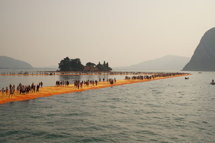 Christo et Jeanne-Claude - The Floating Piers, Lake Iseo, Italy, 2014-16