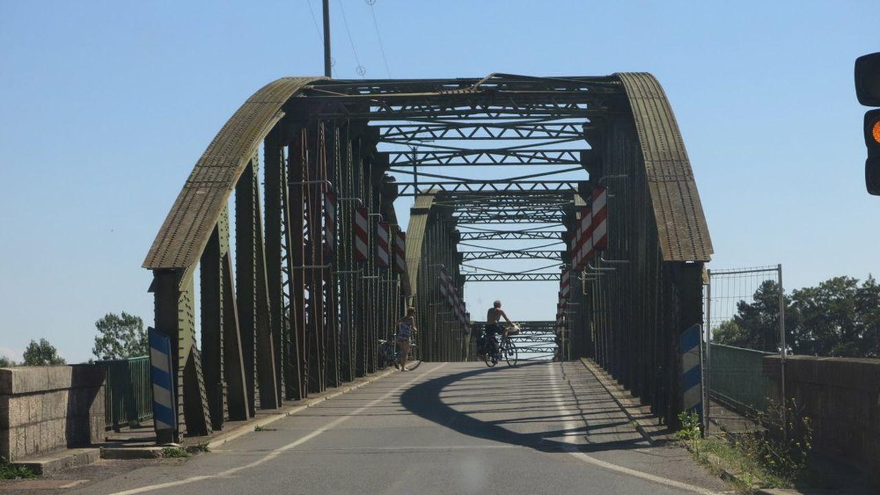 Construit en 1899, le pont de Fleurville enjambe la Saône et relie les départements de l'Ain et de la Saône-et-Loire.