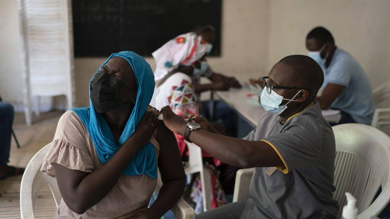 Campagne de vaccination à Dakar, au Sénégal alors que les nouveaux cas de Covid se multiplient faute d'une protection suffisante de la population.