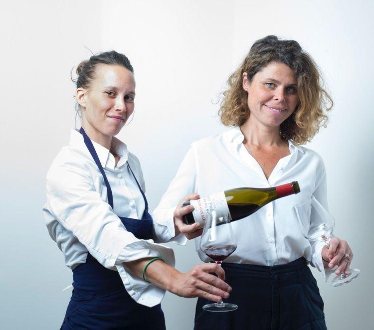 «Qu'y a-t-il de plus beau que de planter un semis de tomate, l'arroser, la voir grandir, la cueillir, la cuisiner et la manger ?» interroge Gaby Benicio, en servant un verre à son associée Amélie Darvas.