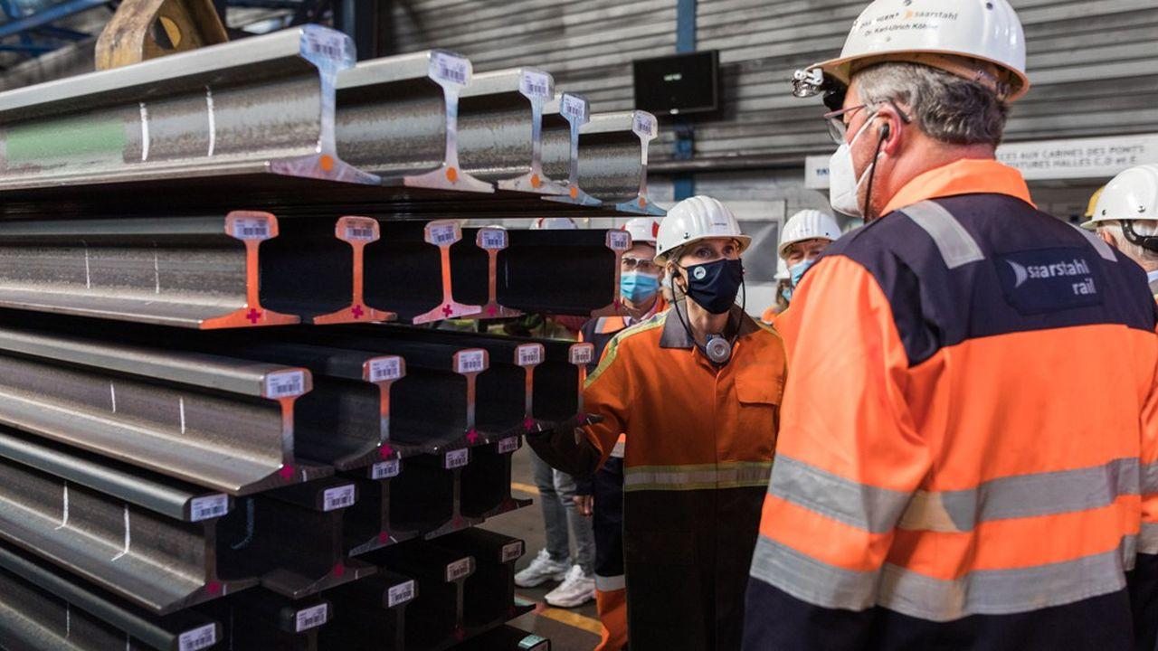 La ministre de l'Industrie, Agnès Pannier-Runacher, en visite le 13septembre à l'usine de rails d'Hayange, reprise début août par l'allemand Saarstahl.