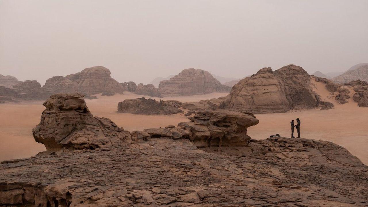 Une mère et son fils, dans le majestueux désert de sable de la planète Arrakis.