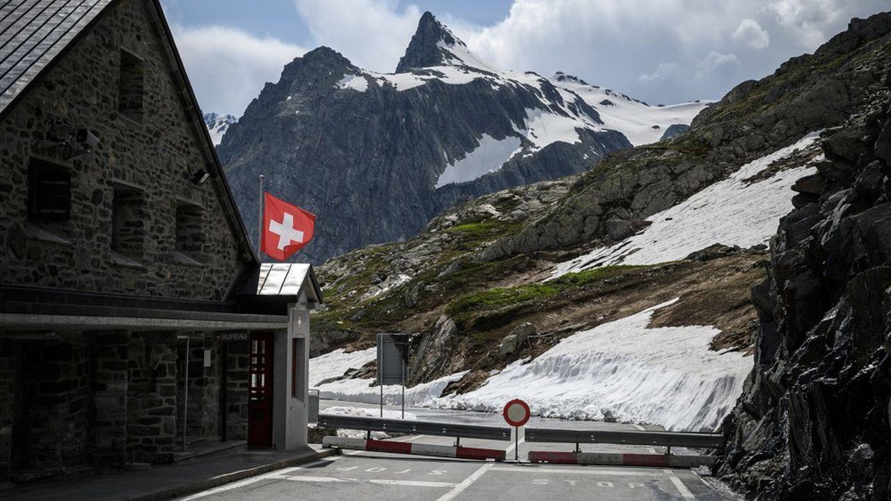 « Les frontaliers ne doivent pas travailler à plus de 25 % de la totalité de leurs heures à leur domicile hors de Suisse sous peine d'être assujettis aux assurances sociales de ce lieu de domicile. »