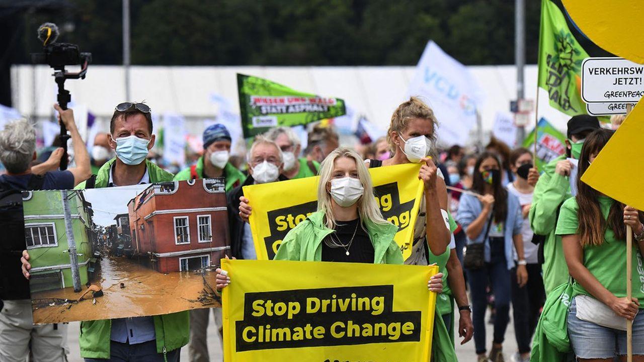 Des jeunes activistes de Greenpeace manifestent contre le Salon international automobile à Munich