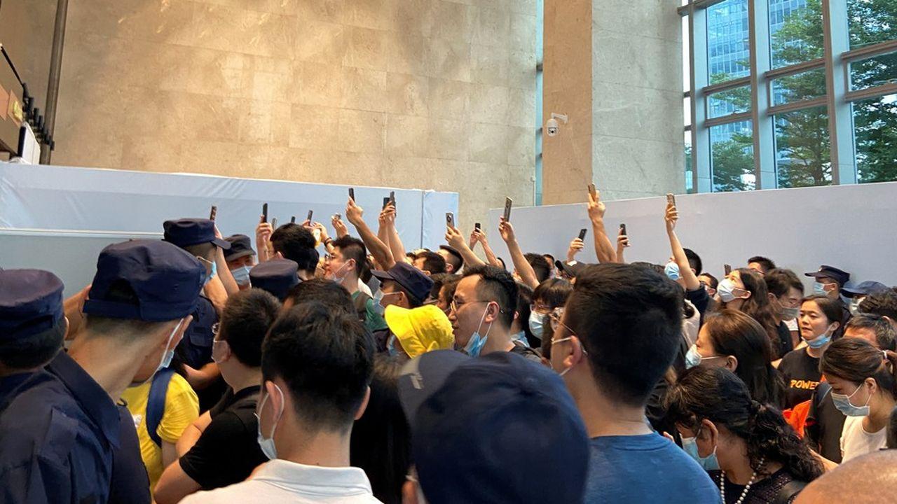 Des dizaines de manifestants ont envahi le siège d'Evergrande à Shenzhen lundi.