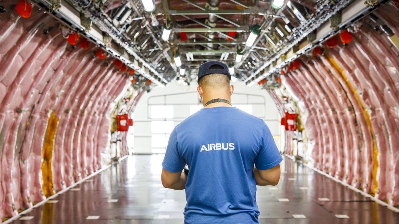 Dans l'usine d'assemblage du long-courrier Airbus A350, à Toulouse.