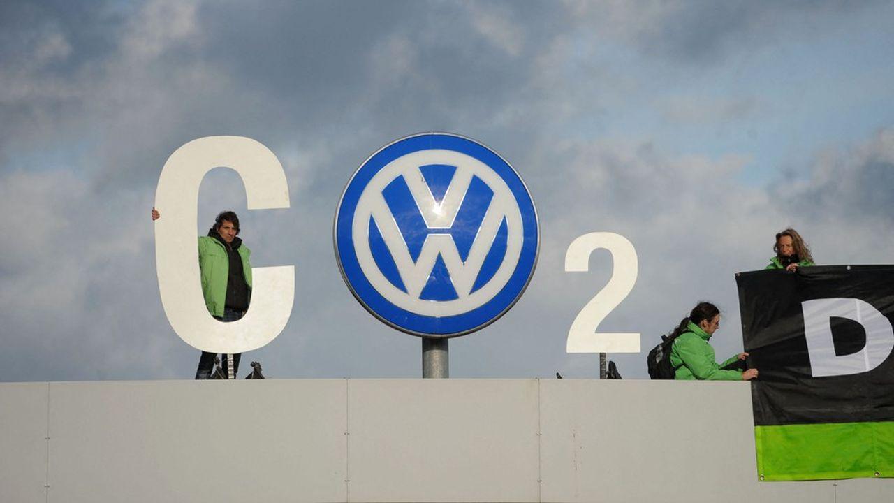 En novembre2015, le site Volkswagen à Wolfsburg (Allemagne) est investi par les militants pour protester contre la sous-évaluation des émissions de CO2 du constructeur sur ses véhicules.