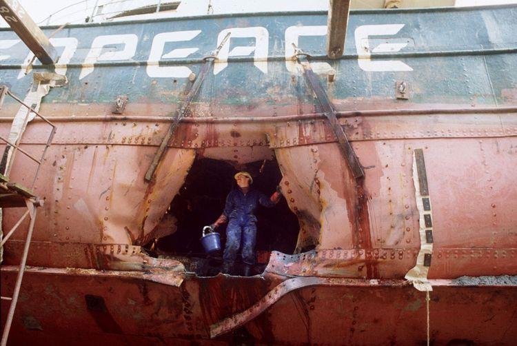 Un des deux trous dans la coque du bateau «Rainbow Warrior» de l'organisation, causé par les bombes posées par les services secrets Français, à Auckland, le 9juillet 1985.