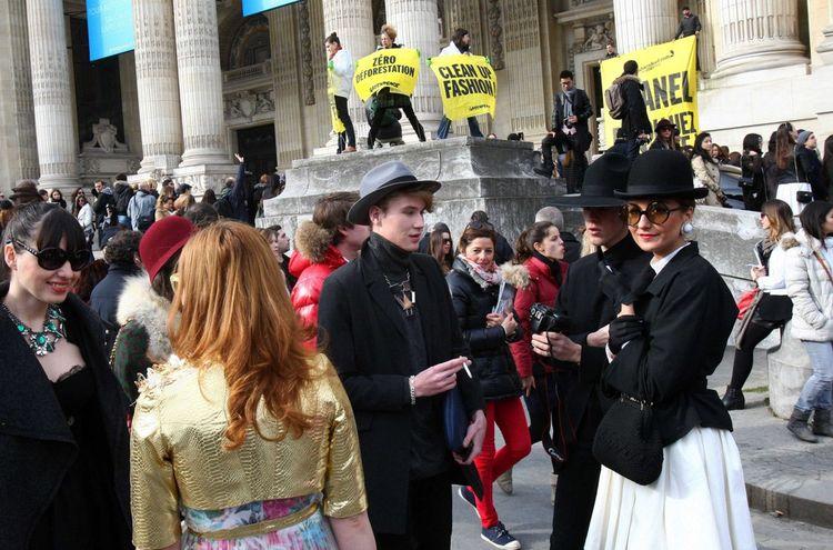 Des activistes infiltrent un défilé Chanel à Paris, pour dénoncer l'usage de produits toxiques dans l'industrie textile, le 28février 2013.