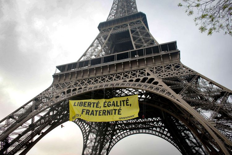 Des militants parviennent, le 5mai 2017, à déjouer la sécurité du site de la Tour Eiffel pour déployer une banderole appelant à faire barrage au Rassemblement national, à deux jours du second tour de l'élection présidentielle.