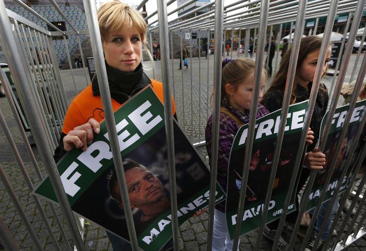 Des militants réclament la libération de 30 activistes retenus en Russie pour actes de piraterie. Ils avaient tenté de pénétrer sur une plateforme pétrolière de Gazprom, avant de se faire arrêter par les forces de l'ordre.