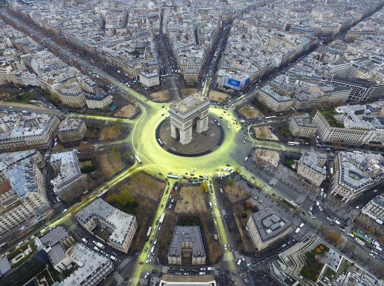 La place de l'Etoile de l'Arc de Triomphe, à paris, repeinte en jaune, en marge de la réunion de l'ONU sur le climat, le 11décembre 2015.