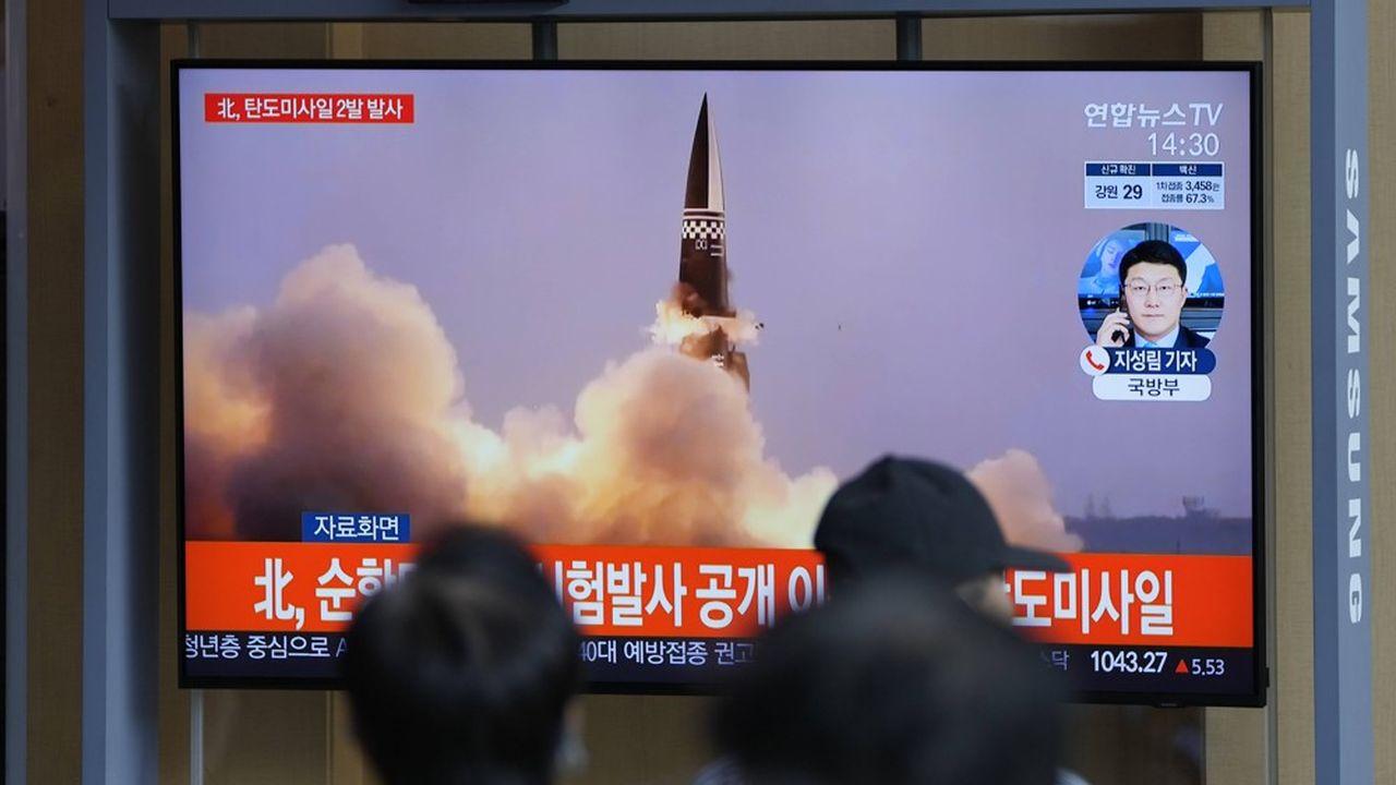 Des passants à Séoul observent sur un écran le lancement d'un nouveau missile depuis la Corée du Nord, le 15septembre 2021.