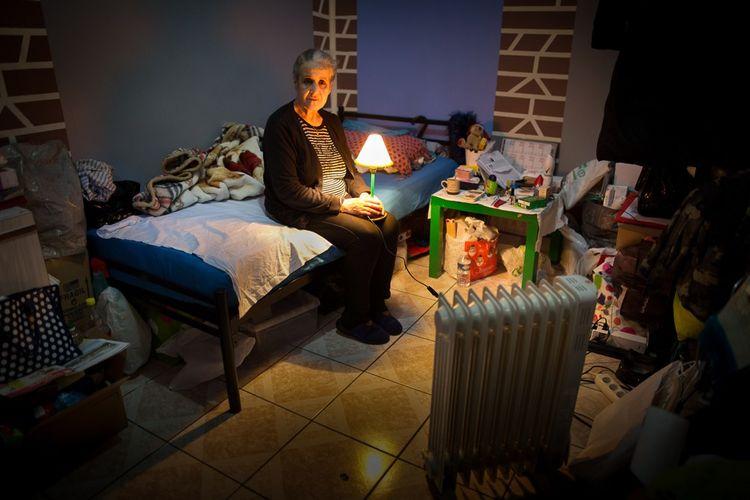 Baya, 68 ans, dans la chambre d'hôtel de 8m2 qu'elle occupe depuis un an et demi: «Je vis ici sans accès à mon appartement, qui ne ressemble plus à rien: il a d'abord été cambriolé, on m'a tout pris. Puis les ouvriers ont travaillé au marteau-piqueur dans ce qui restait, au milieu des vêtements et des affaires.»