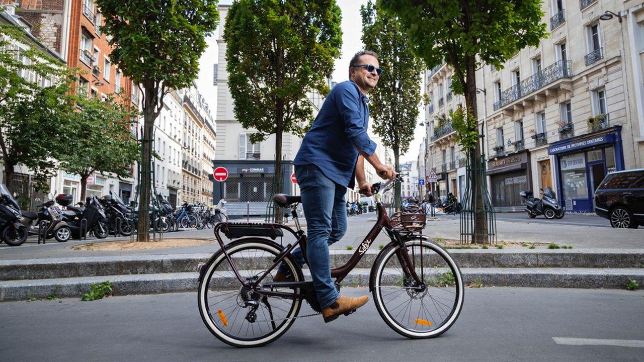 Le PDG d'Easybike Grégory Trebaol enfourche le Solex Intemporel, un vélo à assistance électrique qui sera en magasin cet automne.
