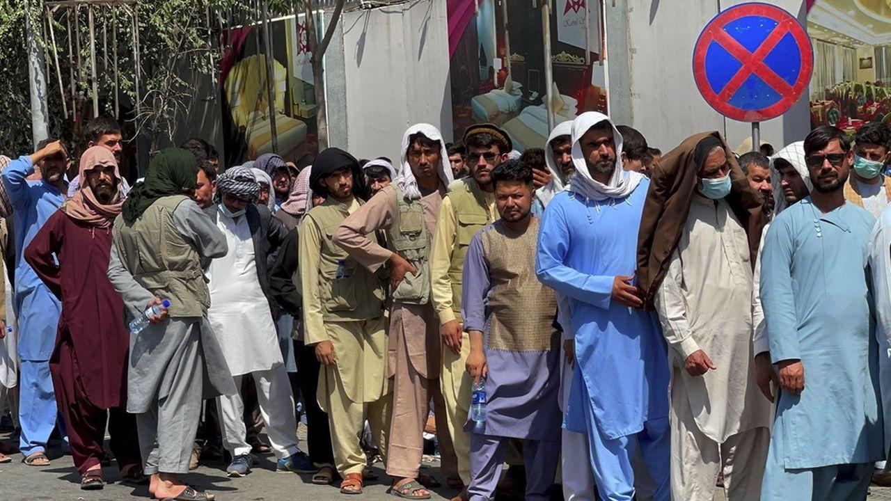 A Kaboul le 1erseptembre. De longues files d'attente s'étendent devant les banques.