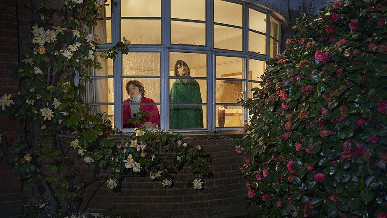 « Finn et Max, Lockdown Day 37», extrait de la série « Looking out from within » de Julia Fullerton-Batten, réalisée en 2020-21 pendant les confinements successifs à Londres. La photographe anglo-allemande a documenté l'existence de ses voisins «emprisonnés derrière les vitres de leurs logements, regardant un monde désolé».