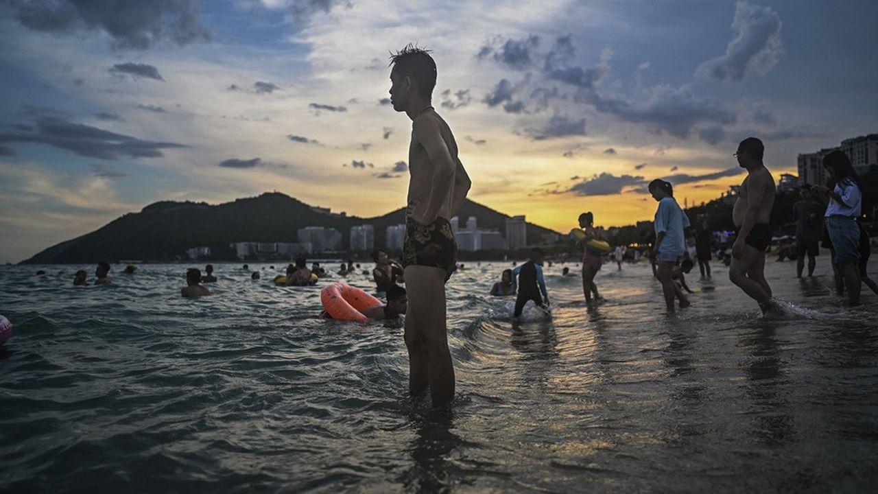 Bain de mer à la plage de Dadonghai à Sanya sur l'île tropicale chinoise de Hainan.