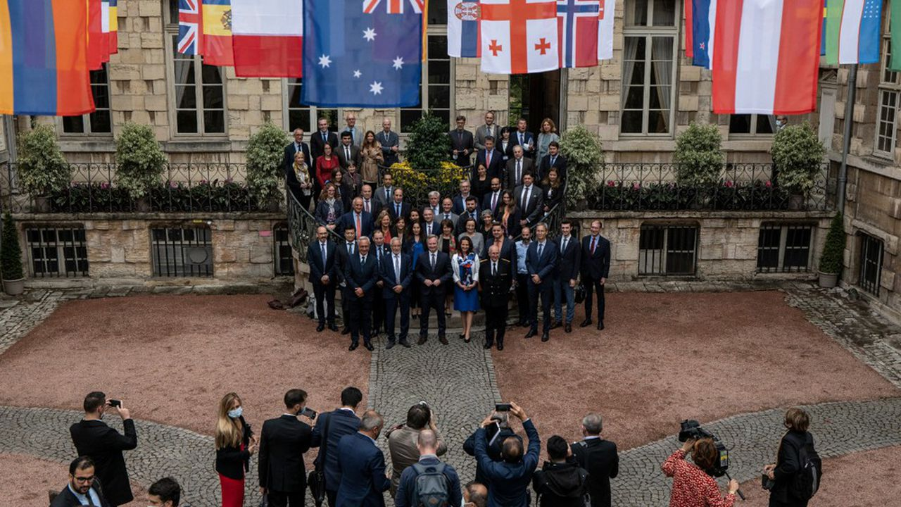 La délégation de l'OIV à Dijon, le 10 septembre, dans la cour de l'hôtel particulier qui pourrait accueillir son futur siège.