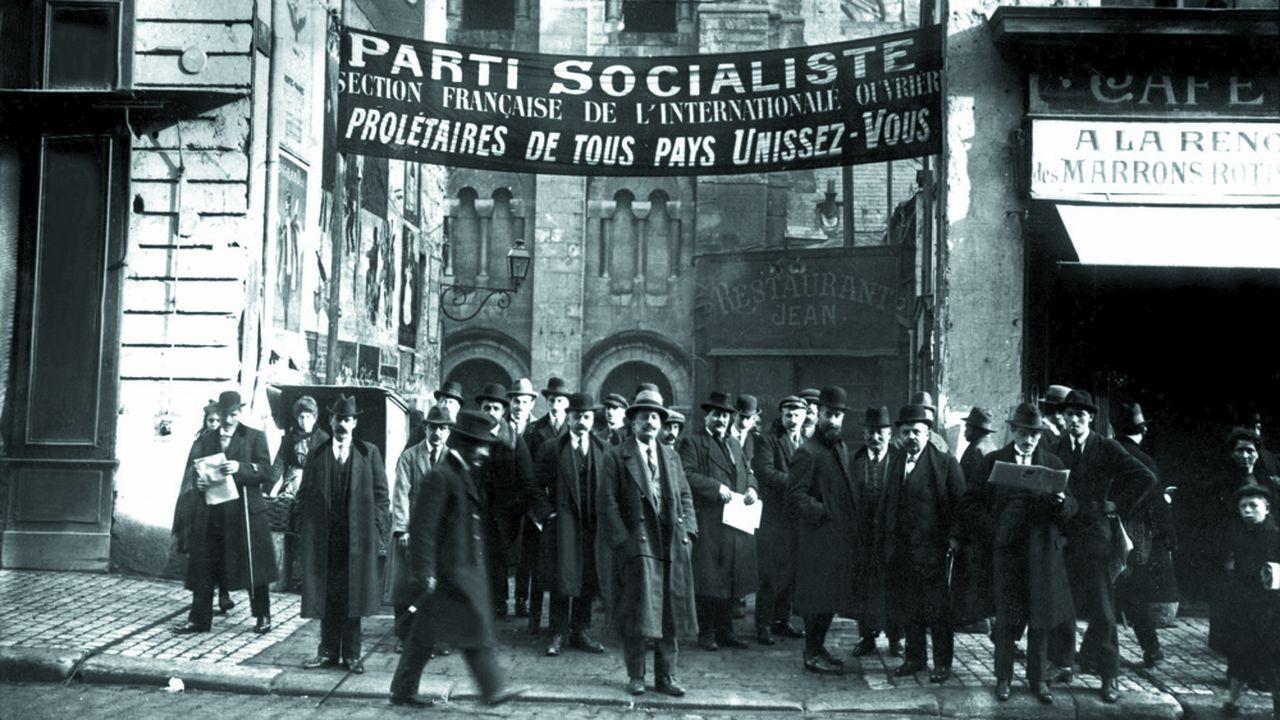 La sortie du congrès de Tours (sous une banderole de la SFIO) le 25-30 décembre 1920.