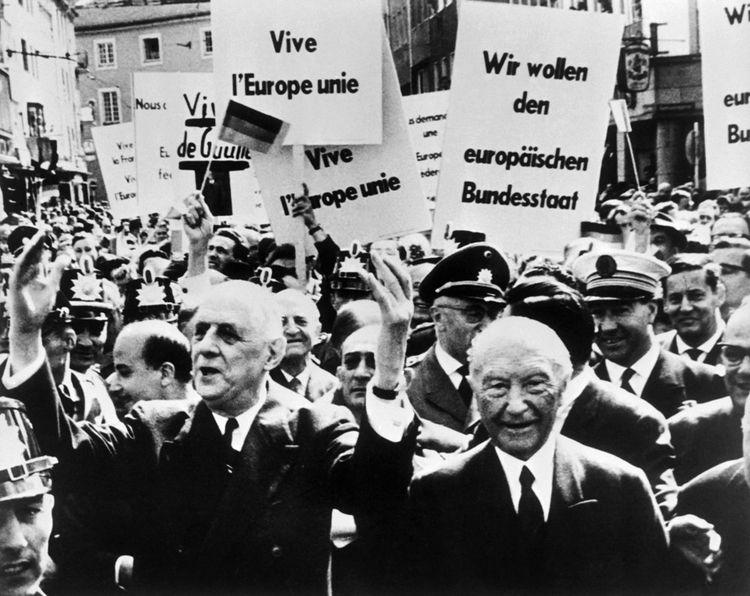 Charles de Gaulle (à gauche) aux côtés de Konrad Adenauer dans la foule à Bonn en septembre1962.