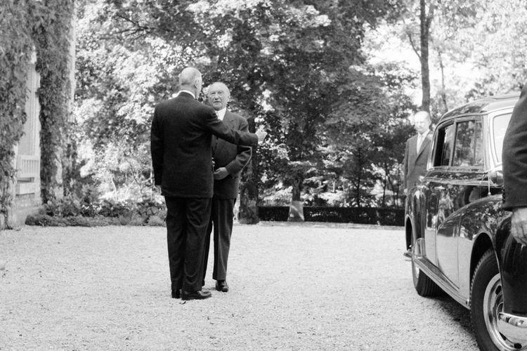 Konrad Adenauer (de face) et Charles de Gaulle devant «la Boisserie», le 14septembre 1958.