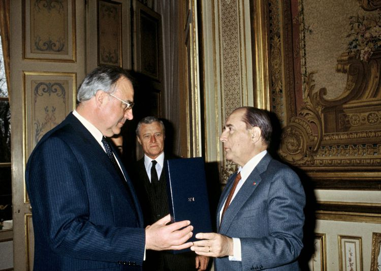 Helmut Kohl reçoit des mains de François Mitterrand, l'insigne de Grand Croix de l'Ordre national du Mérite, le 21janvier 1983.