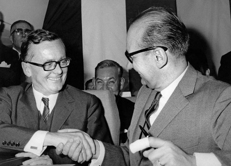 Jean Chamant (à droite), ministre français des Transports, et Karl Schiller, ministre allemand des Affaires économiques, lors de la signature du contrat.