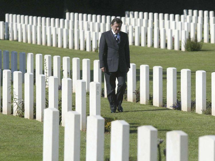 Gerhard Schroeder au cimetière militaire de Ranville, le 6juin 2004.