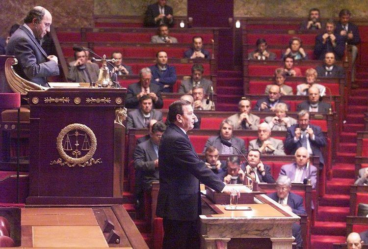 Gerhard Schroeder s'exprimant devant les députés français le 30 november 1999.