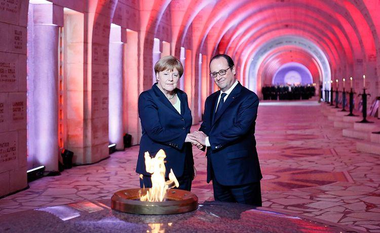 François Hollande et Angela Merkel devant la flamme de l'ossuaire de Douaumont.