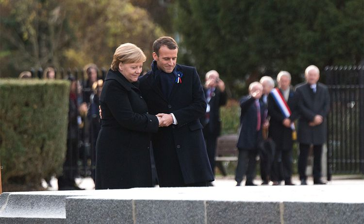 Emmanuel Macron et Angela Merkel dans la clairière de Rethondes.