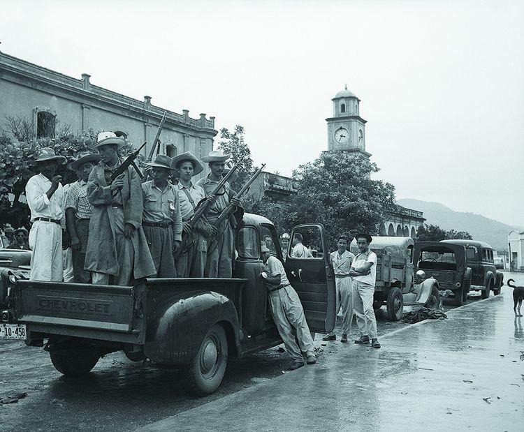 En 1954 à Chiquimula (Guatemala), des partisans du colonel putschiste Carlos Castillo Armas, lors du coup d'Etat contre le président Jacobo Árbenz Guzmán fomenté par la CIA.