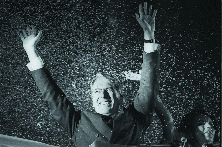 Mario Vargas Llosa, en campagne pour l'élection presidentielle au Pérou, en 1990.