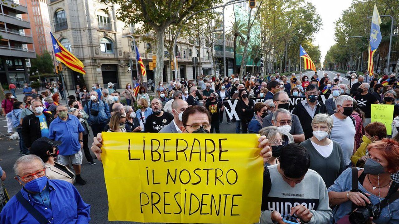 Des manifestants devant le consulat italien à Barcelone le 24septembre 2021 après l'arrestation de Carles Puigdemont en Sardaigne.