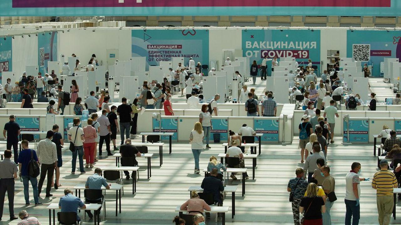 En Russie, si Vladimir Poutine s'oppose à une obligation nationale, le maire de Moscou a décrété, en juin, la vaccination obligatoire pour les employés du secteur des services.