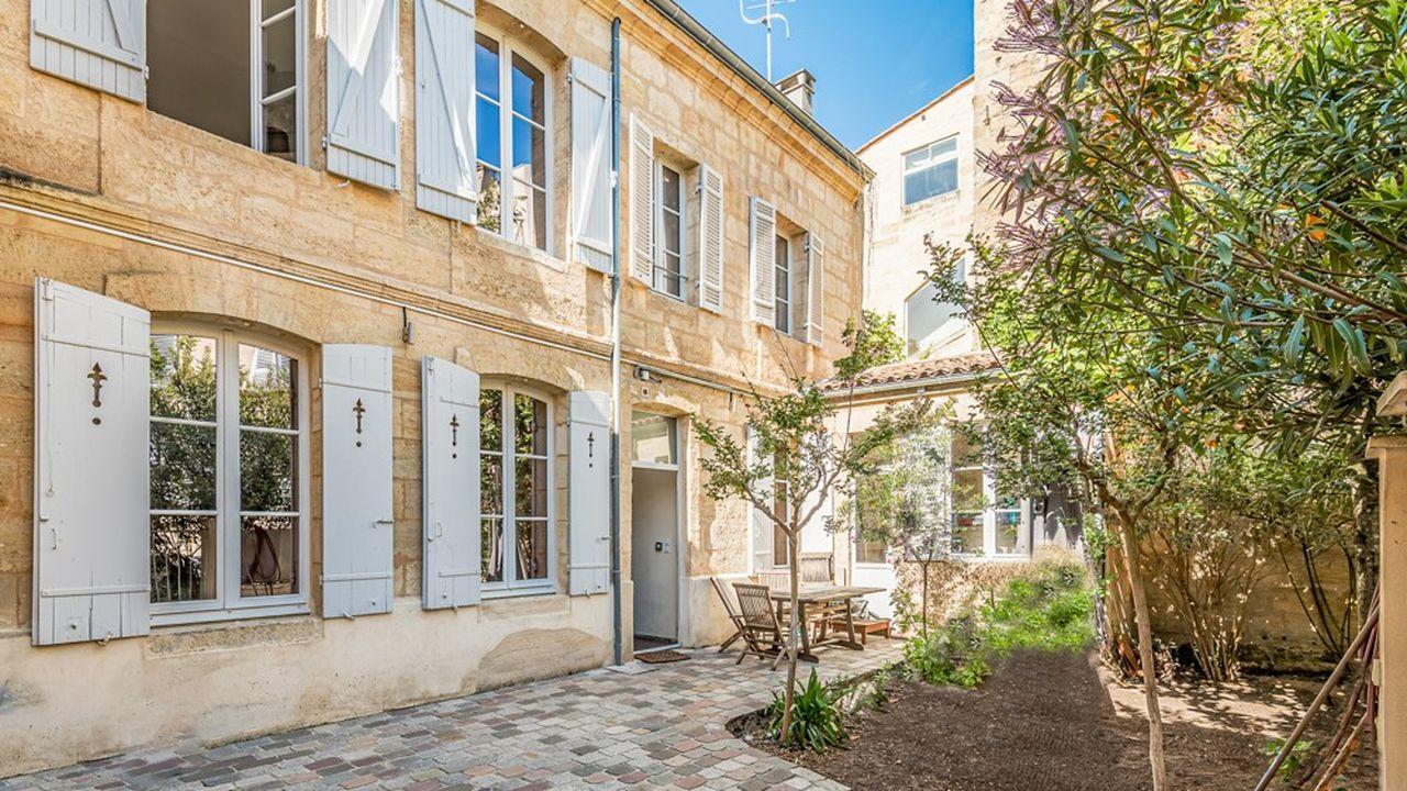La maison se trouve dans le quartier Saint-Michel à Bordeaux et dispose d'un jardin ombragé.