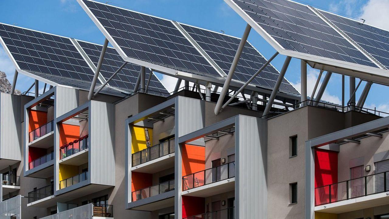 Des logements pourvus de panneaux solaires et autonomes en énergie construits à Grenoble. Pour l'instant, les Français sont encore peu sensibles à l'intérêt de ce type d'équipements.