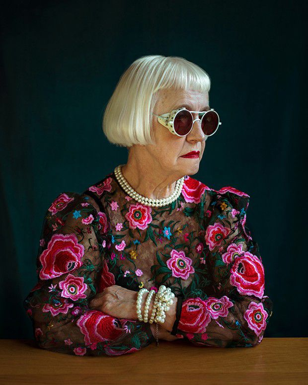 «Untitled #54» (2020), extrait de la série «Eha - portraits de ma mère», de Sirli Raitma. «En dépit de ses problèmes de santé de ma mère, son merveilleux sens de l'humour est un ingrédient clé du succès de cette série», témoigne la photographe.