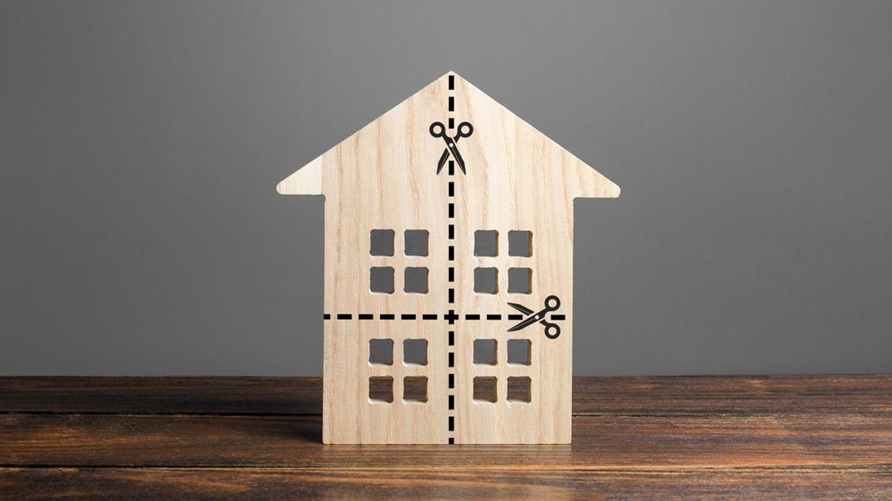En cas de divorce, le sort de la résidence principale est variable: soit elle est vendue, soit elle est conservée par l'un des deux à condition qu'il soit en mesure de racheter la part de l'autre.
