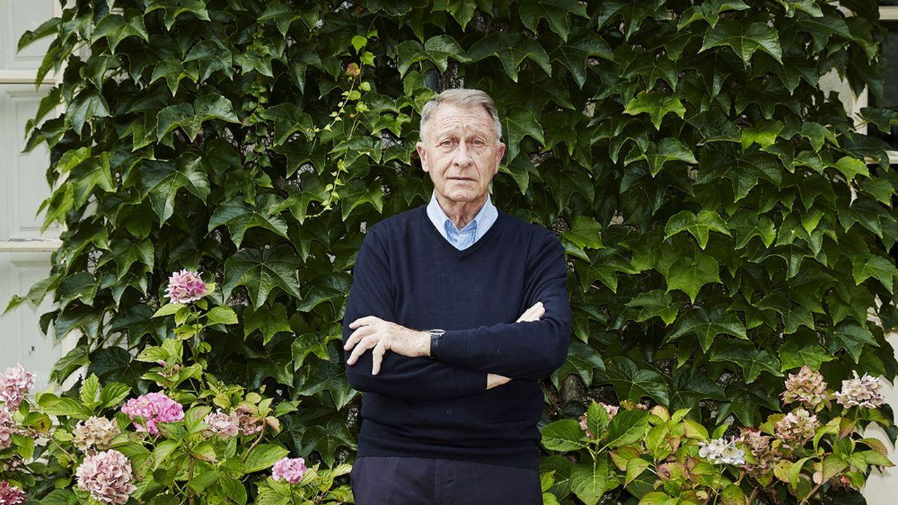 L'agent immobilier Yves de Bont dans le jardin de sa maison à Rémalard.