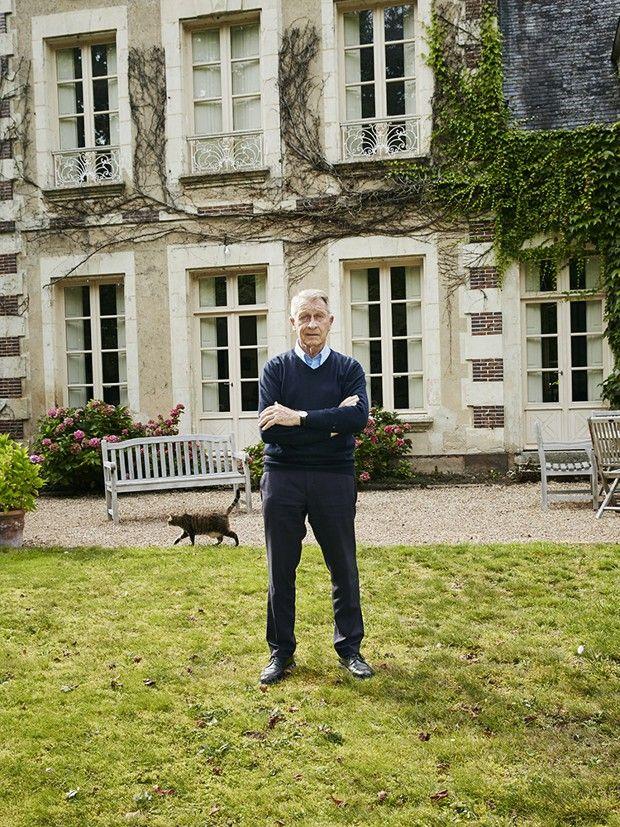 Yves de Bont, devant sa maison. Il a ouvert son agence immobilière dans le Perche en 1974.