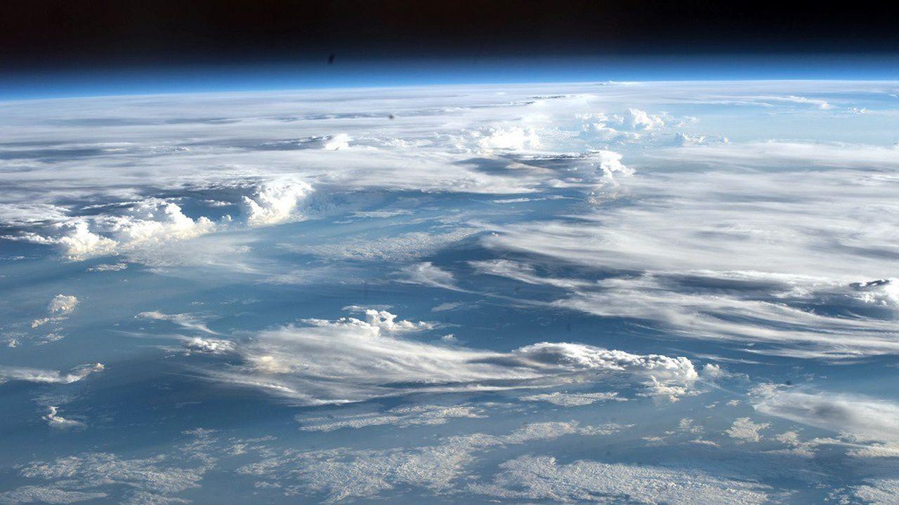 La couverture nuageuse joue un rôle important dans l'albédo de la planète: comme elle est blanche, la lumière du Soleil y rebondit et est renvoyée dans l'espace.