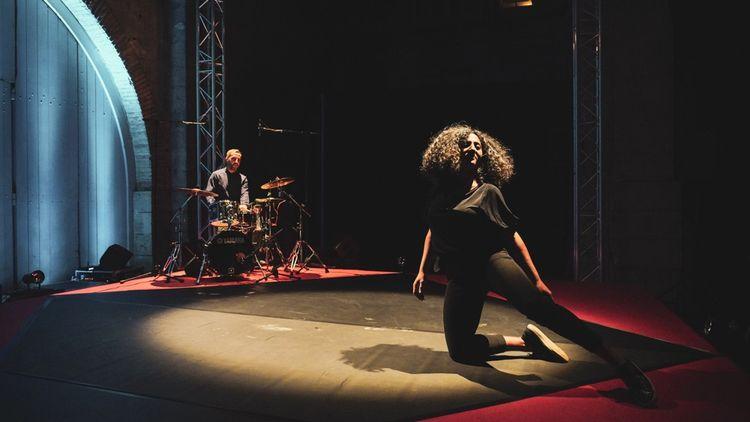 Dans «Dance Me», la Libanaise Khouloud Yassine dialogue avec le percussionniste Khaled Yassine.