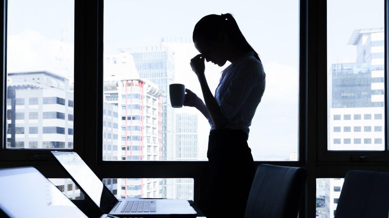 Davantage de travail à la fois à la maison et au travail: la double peine des femmes sur le marché de l'emploi.
