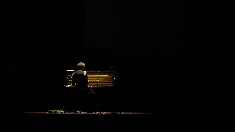 Vincent Delerm dans l'obscurité du cinéma.